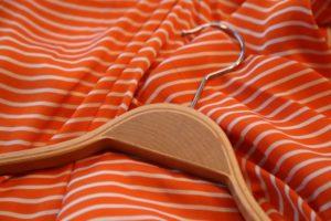 Kleiderbügel auf einem orangen Stoff